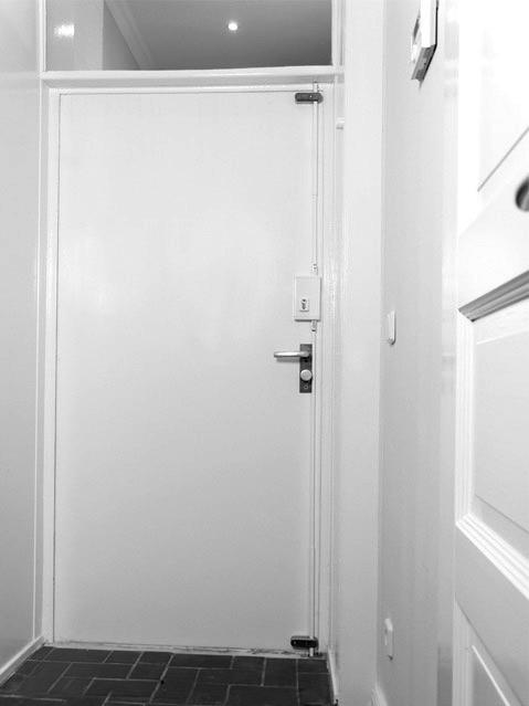 Die Verriegelung Erfolgt Oben Und Unten Gleichzeitig, Sodass Sie Mit Nur  Einer Türsicherung Ihre Tür Auf Der Gesamten Öffnungsseite Sichern.