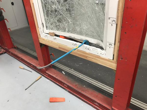 Ein 70 Zentimeter Brecheisen scheitert an der RC3 Pilzkopf Verriegelung.